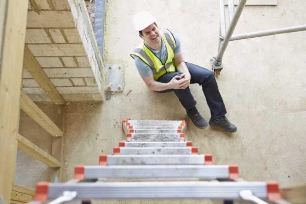 Leitersturz-Versicherungsmakler-Düsseldorf Ein Handwerker ist von der Leiter gefallen.